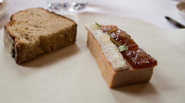 Foie gras de canard au naturel, gratin de pommes et infusion de feuilles, anguille fumée et zestes d'agrumes