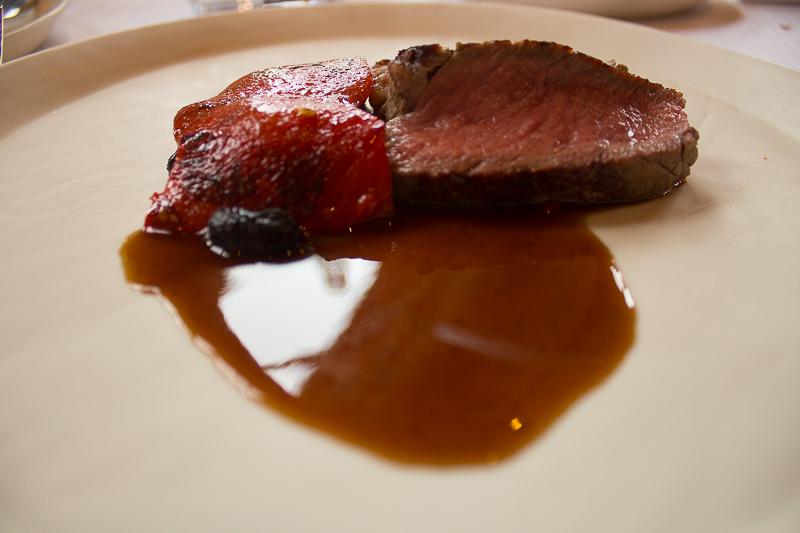 Faux-filet de bœuf Herdshire, poivrons rouges grillés, haricots rouges et myrtilles.