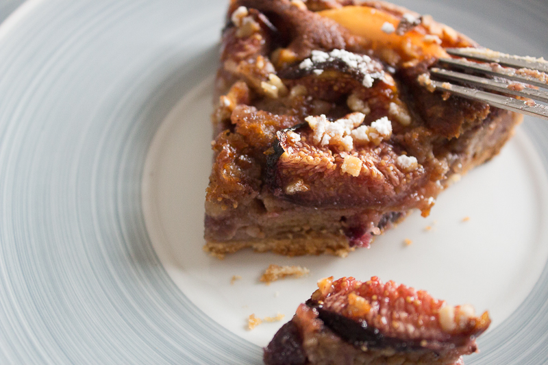 Une part de tarte figues, poires, praliné