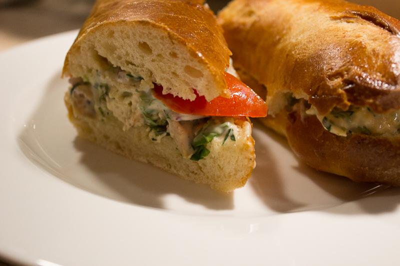 Le sandwich au poulet prêt à déguster