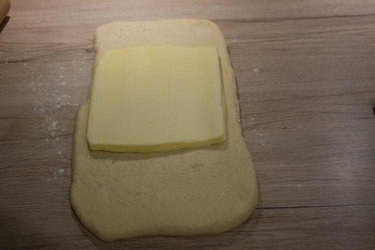 Insertion du beurre de tourage dans la détrempe