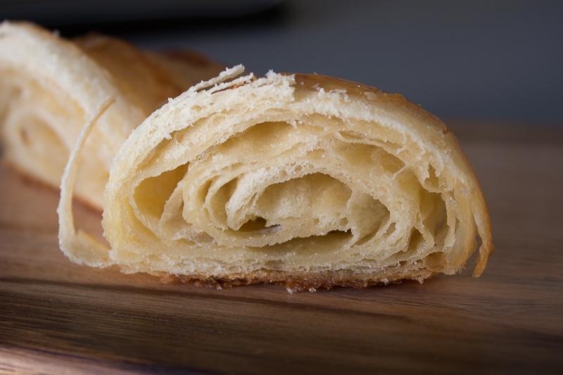 Croissant au beurre coupé
