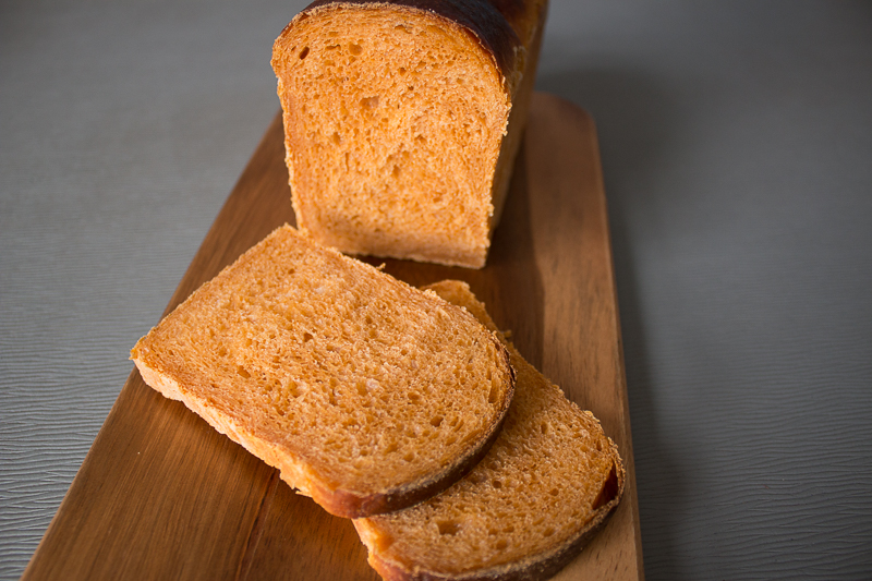 Le pain de mie à la tomate tranché