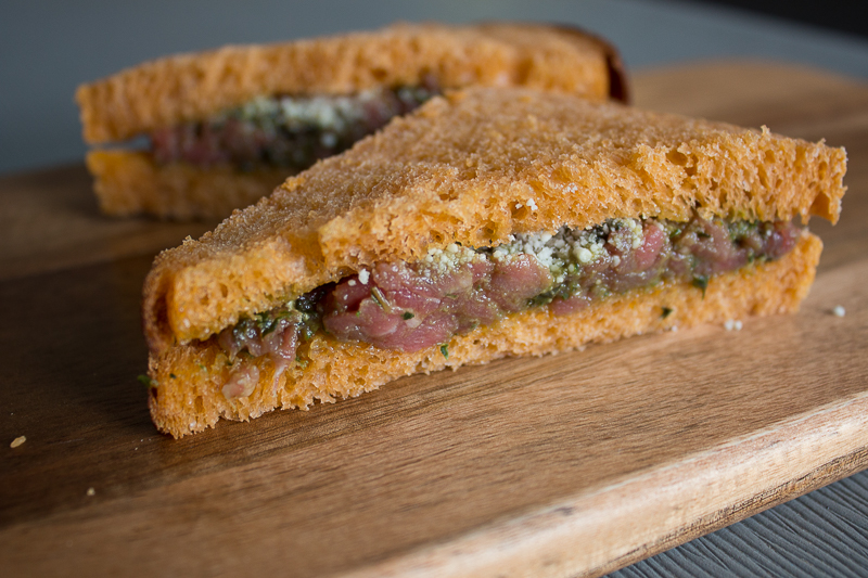 Sandwich tartare de bœuf au pesto
